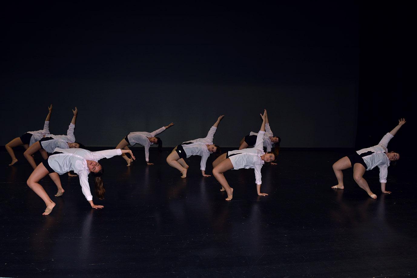 grupo 3 del 2019 figura de puente en el suelo con la camisa blanca