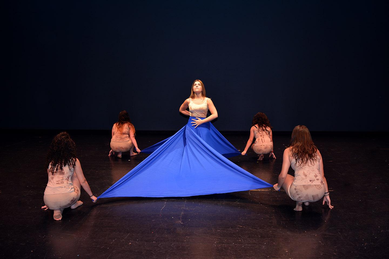 chicas de contemporáneo del 2019 en la coreografía de junio con la tela zul