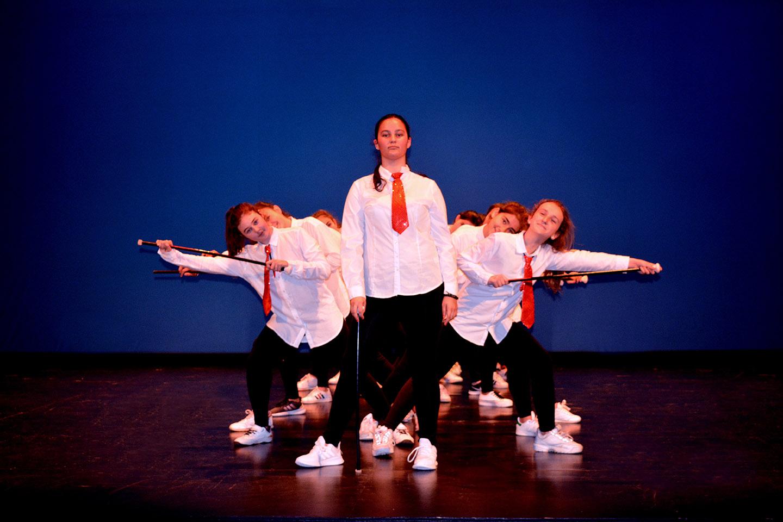coreografia con corbatas y bastones