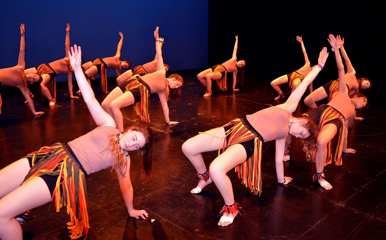 chicas de la escuela oasis de santander con atuendos de africanos baile en el palacio de festivales