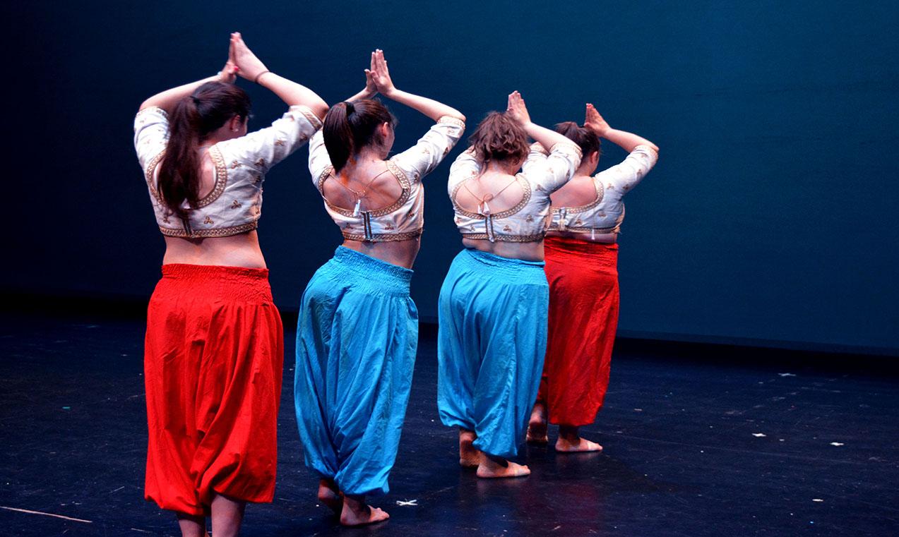 chicas vestidas con pantalones indios y coreografia tematica