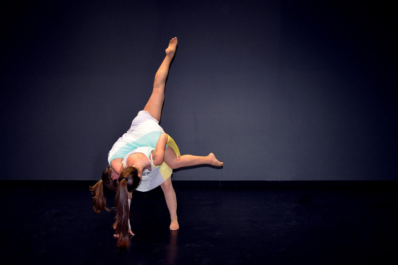 pirueta de dos bailarinas de fusión en el palacio de deportes
