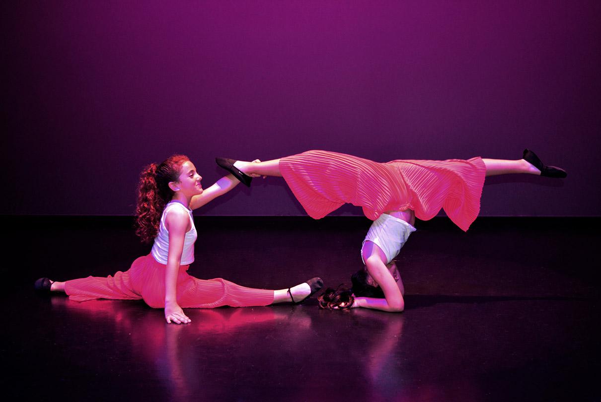 figura de dos bailarinas del grupo 2 vestidas de rosa en el suelo y pirueta