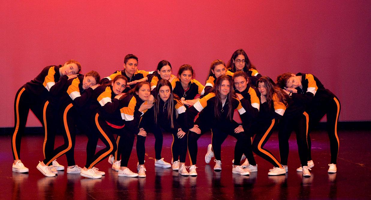 foto grupal del grupo 3 encima el escenario