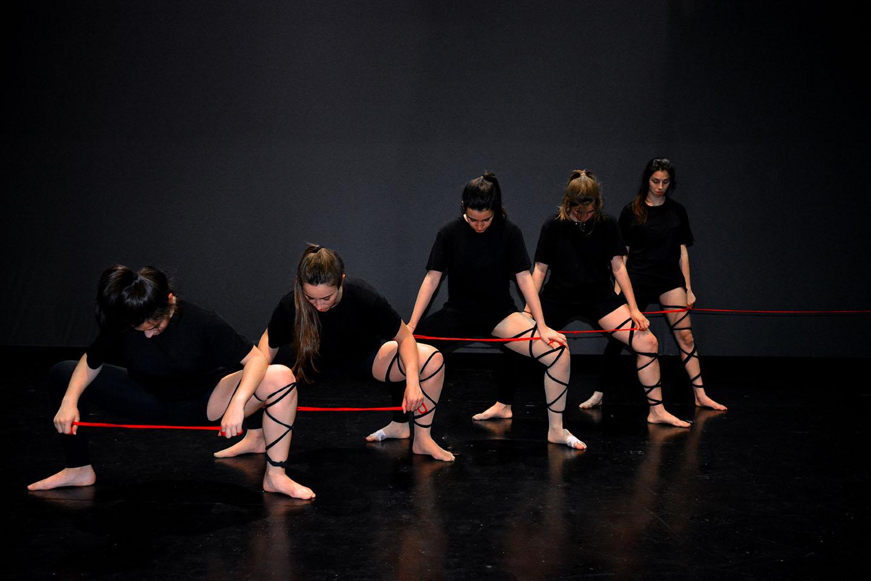 chicas de conte-fusion baile de cuerdas en el escenario