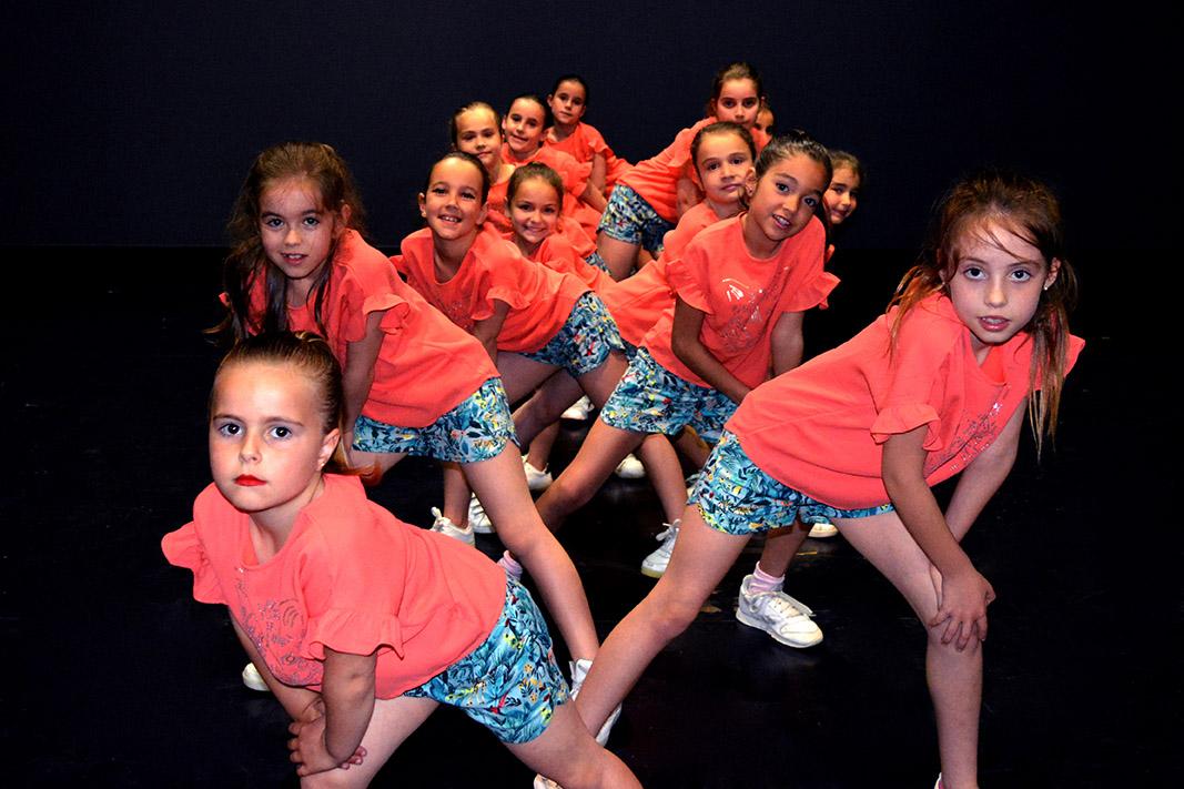 niñas pequeñas pantalon azul posando para una foto grupal
