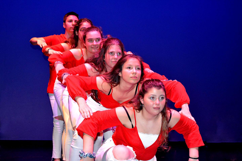 Chicas posando en hilera ascendente ropa roja y blanca