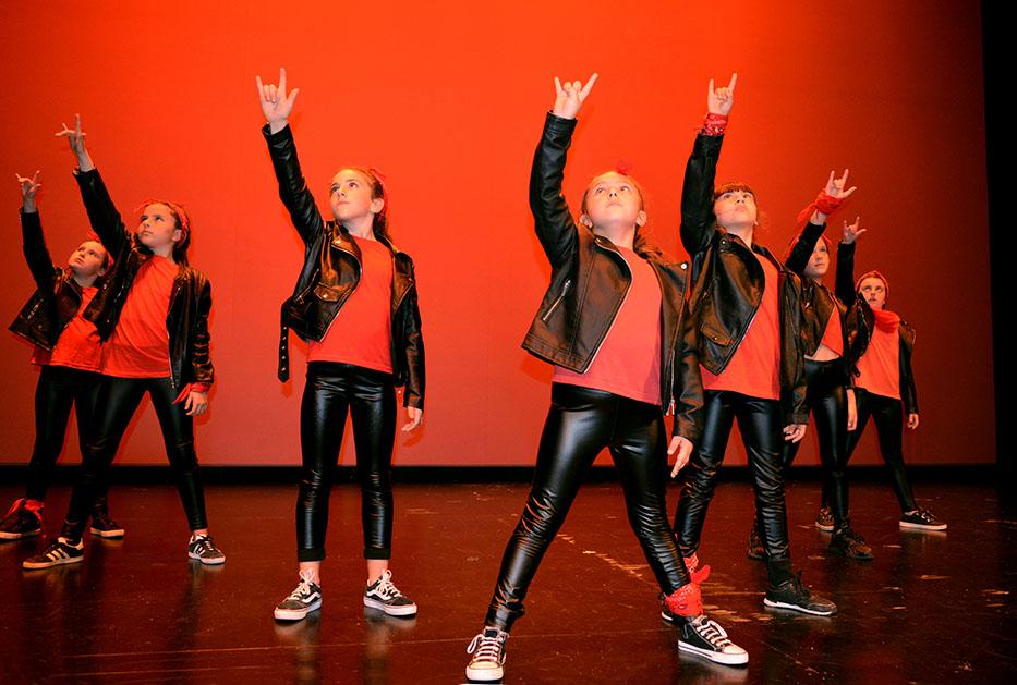Niñas grupo 2 baile rock and roll
