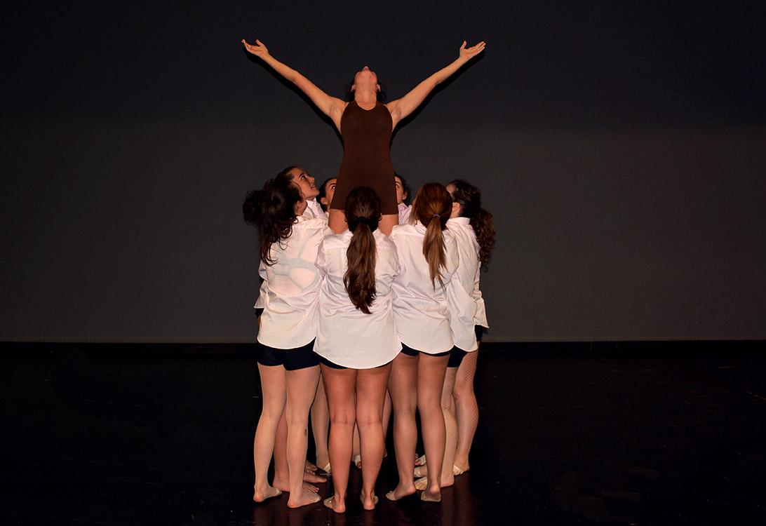 Figura grupal baile con camisas y peto marrón