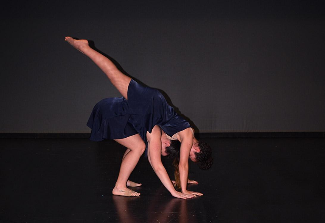 dos bailarinas de grupo 3 figura vertical