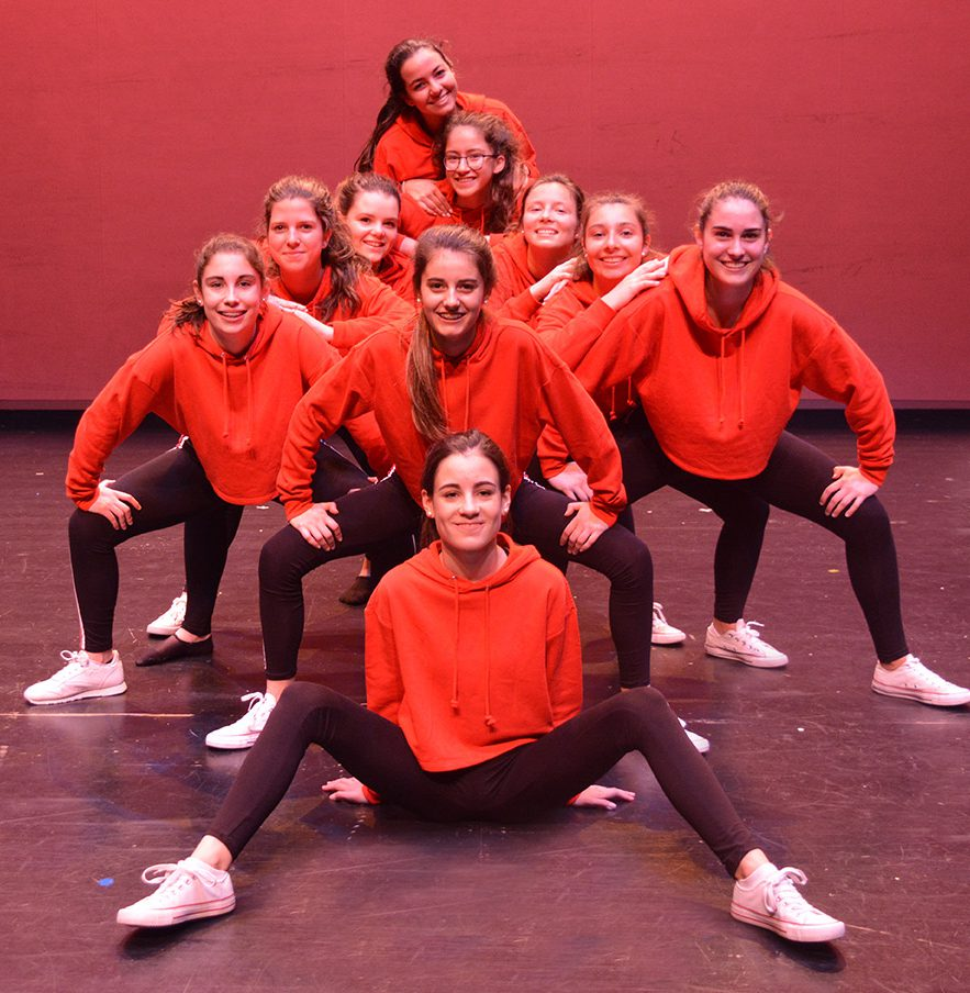 foto grupal bailarinas con sudadera roja