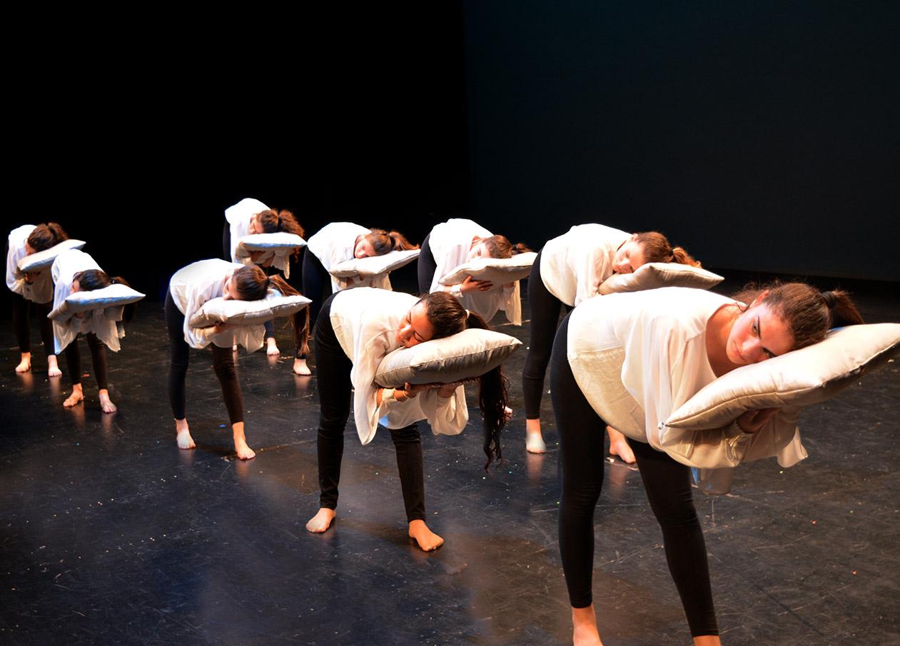 chicas con almohadas para la coreografía