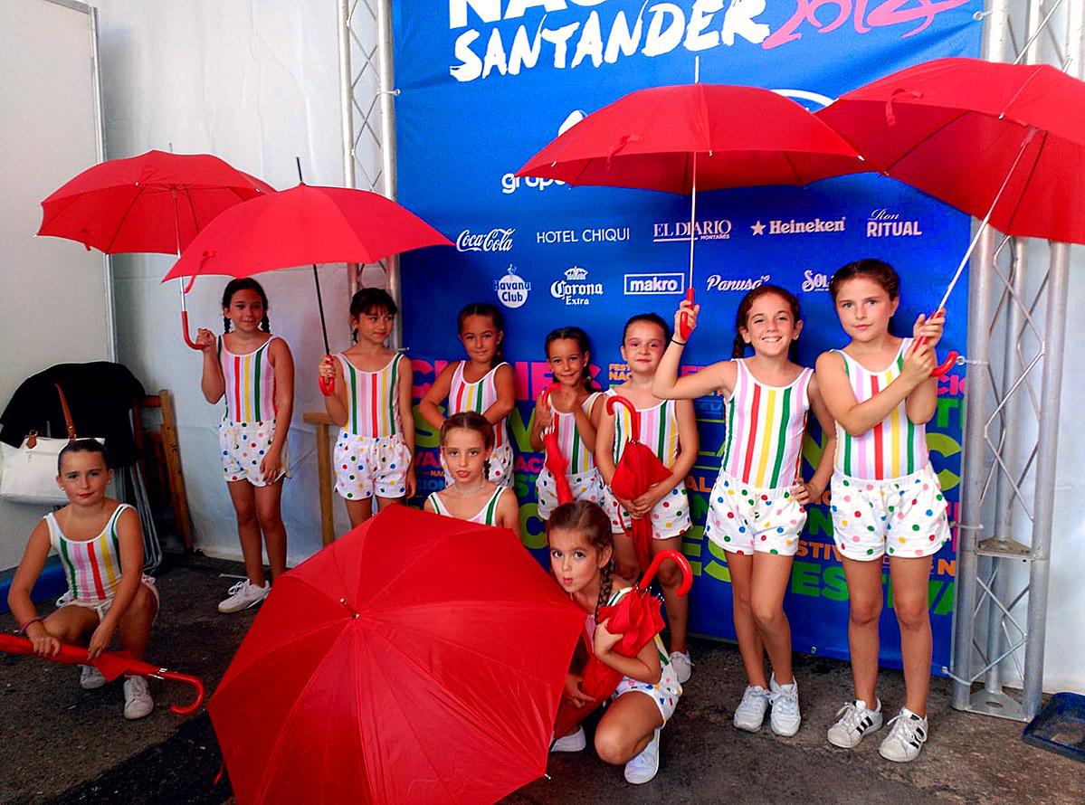 Feria de las Naciones Santander niñas coreografia paraguas